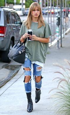 Hailey Baldwin casual streetwear with ripped jeans and faded baggy T-shirt Fashion Mode, Look Fashion, Winter Fashion, Fashion Outfits, Womens Fashion, Fashion Trends, Fashion Edgy, Fashion 2018, Fashion Fashion