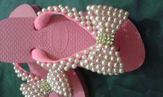 Neira Gracy shared a video Flip Flops Diy, Flip Flop Art, Crochet Table Runner Pattern, Bling Sandals, Baby Bling, Flip Flop Slippers, Beautiful Sandals, Make Your Own Clothes, Decoupage Vintage
