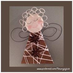 Ange bricolé avec les enfants, un triangle en carton, de la laine, du fil de fer et des Rainbow looms pour les cheveux http://pinterest.com/fleurysylvie/mes-creas-pour-les-kids/