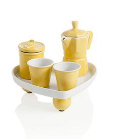 Il Coffee set di Brandani è un simpatico servizio per caffè perfetto per una pausa a due. La zuccheriera, la caffettiera, i 2 bicchierini e il vassoio sono realizzati interamente in ceramica. Due i modelli proposti con o senza manici per le tazzine e con vassoio a forma di cuore o tondo. Giallo il set cuore o verde mela il set rondo. I vassoi misurano rispettivamente Ø 19,5 x H 21 cm. e Ø 20 cm