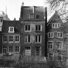 The garden and the back house of the building on Prinsengracht 263 in Amsterdam where Anne Frank wrote her diary. In the garden the 150 year old chestnut tree Anne Frank wrote about in her diary. Bergen, Hiding Places, Interesting History, World History, Jewish History, Historical Photos, Historical Artifacts, World War Two, Old Photos