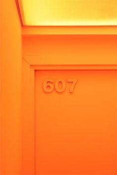 3D letters in dezelfde kleur geschilderd als de deur. www.reclamelettersonline.nl