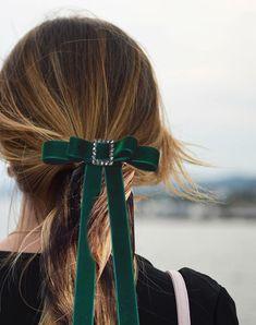 Lazos de terciopelo para el pelo. MissPerla.es Official Web Holiday Hairstyles, Headband Hairstyles, Diy Hairstyles, Velvet Hair, Ribbon Hair Bows, Diy Hair Accessories, Hair Trends, Her Hair, Hair Pins