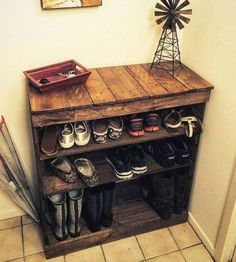 wood pallet shoe storage rack Cheap Achievements with Used Wood DIY Cheap Storage Made From PalletsAffordable DIY Ideas Out of Recycled Wood PalletsCreative Uses of Wooden Pallets Pallet Chair, Diy Pallet Furniture, Furniture Projects, Diy Projects, Cheap Furniture, Rustic Furniture, Project Ideas, Pallet Benches, Pallet Tables