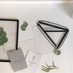 Bei uns: Bilderrahmen von MOEBE COPENHAGEN. 4 Seitenteile, 2 Plexiglasscheiben und jede Menge Möglichkeiten, sie zu dekorieren.