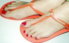 As Rasteirinhas das Havaianas  Sempre em busca de novas alternativas, as havaianas tem criado diversos modelos de sandálias, variando as cores, solados, tira e estampas, sempre buscando apresentar um modelo mais adequado para determinada ocasião. Até tênis a marca produz.