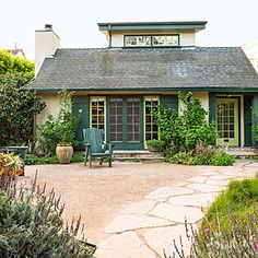 Front Yard Garden Design A drought-tolerant yard that attracts the birds - See how to ditch thirsty turf grass in favor of beautiful, easy-care gardens Low Water Landscaping, Privacy Landscaping, Low Maintenance Landscaping, Front Yard Landscaping, Landscaping Design, Landscaping Software, Privacy Shrubs, Sidewalk Landscaping, Privacy Trellis