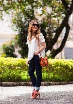 look básico  estiloso: calça jans, blusa branca e acessórios coloridos