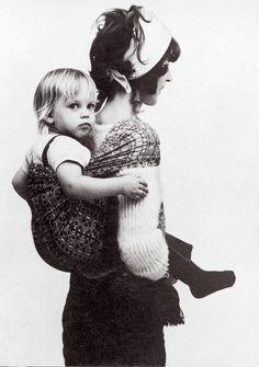 af5394af1f26 Erika Hoffmann with her twin daughter Lisa, 1972  DIDYMOS  Babywrap  Portage, Belle