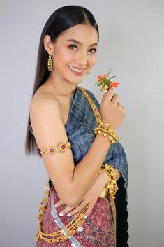 Traditional Thai Clothing, Traditional Dresses, Thailand Fashion, Thai Dress, Thai Style, Vogue Magazine, Weight Loss, Costumes, Silk