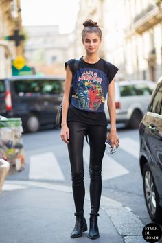 Taylor Hill Street Style Street Fashion Streetsnaps #streetstyle #tshirt