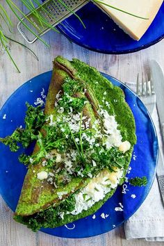 This low carb green omelette is packed with spinach and kale. Perfect for a healthy and easy breakfast brunch or lunch. This low carb omelette is also vegetarian and gluten free. Best Low Carb Recipes, Low Carb Dinner Recipes, Sugar Free Recipes, Keto Dinner, Low Carb Maven, Low Carb Keto, Low Carb Breakfast, Breakfast Recipes, Breakfast Ideas