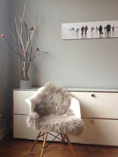 eames with sheep fur Grey Desk Chair, Diy Chair, Chair Fabric, Ikea Chair, Chair Upholstery, Upholstered Chairs, Chair Cushions, Swivel Chair, Old Chairs