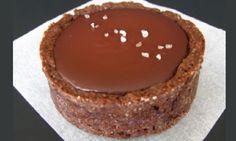 RECETTE TRÈS FACILE ! Voici comment faire une sublime pâte à tarte au chocolat avec seulement 5 ingrédients: Ingrédients requis : 110g de beurre ramolli 100g de sucre 1 gros jaune d'oeuf 130g de farine tout usage (type 55) 30g de poudre de cacao (cacao hollandais pur en poudre) Le mode de préparation : Dans …