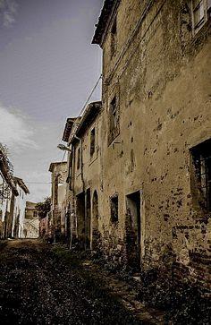 Il borgo abbandonato di Toiano (Palaia Pi)  Toiano, un antico borgo abbandonato nel comune di Palaia, in provincia di Pisa