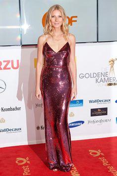 Gwyneth Paltrow brilló literalmente en la alfombra roja de los premios Golden Camera celebrados en Berlín. La actriz se enfundó un vestido de lentejuelas rosas de Prada con escote en V y finísimos tirantes.