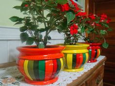 Macetas Bomba Rayadas   Diámetro de boca: 14cm ($190), 16cm ($210), 19cm ($270) y 23cm ($310) Painted Plant Pots, Painted Flower Pots, Flower Planters, Diy Planters, Ceramic Pots, Terracotta Pots, Clay Pots, Flower Pot Crafts, Clay Pot Crafts