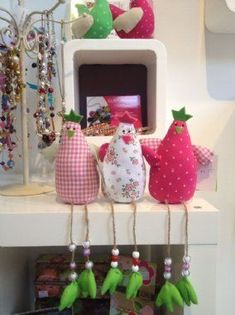 Chicken Decorations would look great on the shelf in my sewing room with SEW letters on them Easter Crafts, Felt Crafts, Fabric Crafts, Christmas Crafts, Softies, Sewing Toys, Sewing Crafts, Hobbies And Crafts, Diy And Crafts