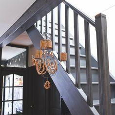 Un escalier en bois gris pour adoucir l'intérieur