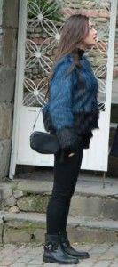Kara Sevda 17.bölüm kıyafetleri Nihan mavi kürk kaban,siyah bot ve siyah çanta –