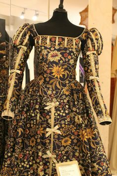 Not a fan of the fabric but I like the sleeves and breast detail. Costume Renaissance, Renaissance Mode, Renaissance Fashion, Renaissance Clothing, Elizabethan Clothing, Elizabethan Costume, Vintage Outfits, Vintage Dresses, Historical Costume