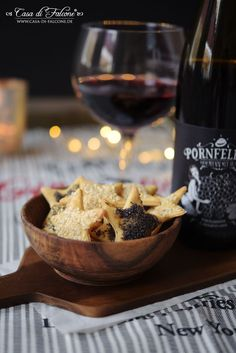 Parmesankekse  I Kekse zum Rotwein I Casa di Falcone Biscuits, Food Inspiration, Red Wine, Serving Bowls, Alcoholic Drinks, Snack Recipes, Brunch, Food And Drink, Appetizers