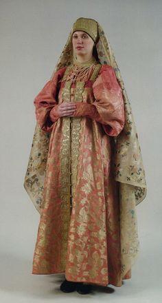 Девичий праздничный костюм. Конец XVIII века Рубаха, сарафан, повязка, фата. http://amsmolich.livejournal.com/223138.html