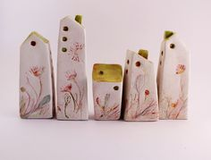 Village in pottery with floral decors, five houses in pottery, houses with green and red roof, original gift by allerimstudio on Etsy