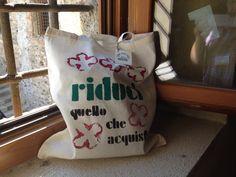 riduci quello che hai bag o2italia Shopper Bag, Bago, Reusable Tote Bags, Throw Pillows, Homemade, Toss Pillows, Cushions, Home Made, Decor Pillows