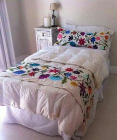 Znalezione obrazy dla zapytania bordado mexicano paso a paso Mexican Embroidery, Ribbon Embroidery, Embroidery Designs, Mexican Bedroom, Mexican Home Decor, Bed Runner, Bed Covers, Bed Spreads, Bed Sheets
