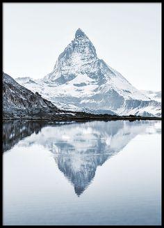 Poster med fotografi av berg och sjö.