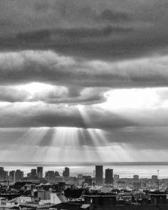 One of those stormy sunrises #goodmorning #storm #sunrise #barcelona #mediterraneansea #clouds #sky #raysofsunshine #cloudysky #stormysky #sunbehindscene #amanecer #nubes #tormenta #cielonuboso #cielo #rayosdesol