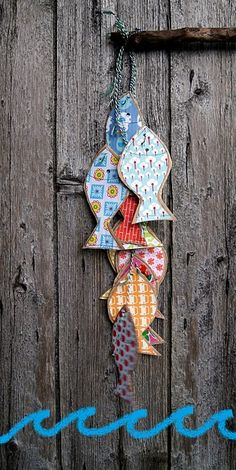 guirlande poissons- I like the burst of color on the wooden background.