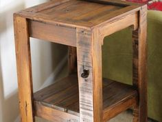 Pallet Projects and Ideas: DIY Recycled Pallet Side Table Pallet Crafts, Diy Pallet Projects, Pallet Ideas, Pallet Furniture, Furniture Projects, Rustic Furniture, Pallet Side Table, Side Tables, Palette Diy
