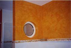 Bullauge in orangener Wand im Bad. Gestaltung mit kreativer Putztechnik vonm Ulrich Tropp Inh. Andrea Häuser e.K. Maler- u. Lackierbetrieb in Dillenburg (35687) | Maler.org