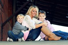 Family portrait - mother and son pose ideas - mom and boys family pictures -