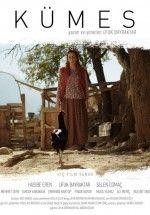 Kümes Yerli Filmini HD İzlemek için tıklayın : http://www.filmbilir.com/kumes-yerli-filmini-izle.html Saniye, kocası Süleyman, çocukları Hikmet, Yılmaz, Mehmet ve Asiye ile bir arada 1950'lerde dağ ovasında meydana getirilmiş birkaç nüfuslu bir köyde hayatını sürdürmektedir.