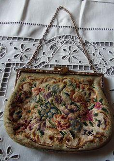 Textile ancien pour cette bourse ou aumonière faite aux petits-points (n°I050)