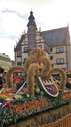 Der Erntedankmarkt in Schweinfurt (im Hintergrund ist das historische Rathaus zu sehen) - http://www.schweinfurt360.de/  #Markt #Erntedank #Schweinfurt