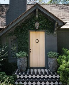kateabtdesignWhen curb appeal is a total wow! Dark painted brick, leaded glass window, creeping vines, classic black and white tile. Via Beautiful home belonging to 📷 Exterior Wall Design, Exterior Paint Colors, Exterior House Colors, House Paint Exterior, Painted Brick Exteriors, Painted Bricks, Black House Exterior, Black And White Tiles, Black White