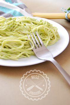 Spaguettis con aguacate, tan buenos que no te vas a creer que sean sanos y la salsa esté cruda. Para aquellos intolerantes a la lactosa que echan de menos la carbonara o la alfredo!