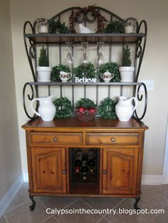 Baker's Rack Decorated for Christmas Bakers Rack Decorating, Tuscan Decorating, Porch Decorating, Decorating Ideas, Grape Kitchen Decor, Kitchen Buffet, Country Kitchen, Kitchen Ideas, Bakers Rack Kitchen