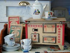 speelgoed fornuis met blokjes die je aan kon steken waar je dan echt mee kon koken Mini Kitchen, Miniature Kitchen, Toy Kitchen, Antique Dollhouse, Dollhouse Toys, Dollhouse Miniatures, Doll Furniture, Dollhouse Furniture, Antique Toys