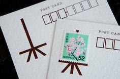 これ素敵なアイディアね。 切手の下に描かれた「イーゼル」の絵。これだけで、選んだ切手が飾られた「絵画」みたいに見えるよ。シンプルながら効果的。 (Photo via Tumblr) pic.twitter.com/OCyJhbxHPn