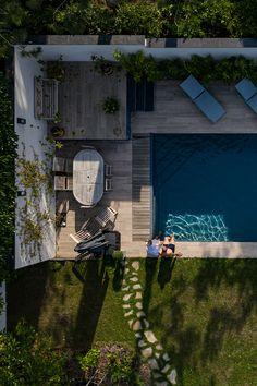 piscine rectangulaire avec un escalier d'angle 8.00 x 4.00 mètres liner couleur gris anthracite plage en grès cérame et ardoises 🏆 trophée d'argent de la FPP 2020 pour la Piscines Angulaire de moins 40m2 Liner, Construction, Rectangle Pool, Pools, The Beach, Silver, Building