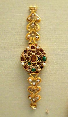Gold set with perals emeralds and sapphires (3th century AD) - British Museum