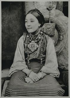 necklaces fom Tibet, with dZi beads and fossil coral beads.on Young Tibetan woman from Darjeeling bijoux du monde Vintage Photographs, Vintage Photos, Portraits Victoriens, Vintage India, Tibetan Buddhism, People Of The World, World Cultures, Vintage Beauty, Old Photos