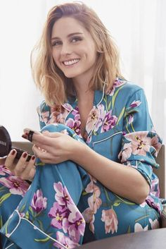 Olivia palermo wearing pyjama set in turquoise. olivia von halle lila bouquet print silk satin pajama set in multicolor; Olivia Palermo Stil, Olivia Palermo Lookbook, Fashion Over 50, Star Fashion, Olivia Von Halle, Satin Pyjama Set, Soft Summer, Love Her Style, Long Bob