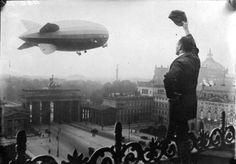 1924 Berlin - Zeppelin LZ-126 über dem Brandenburger Tor. ☺