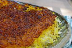 """Το """"πιλάφι απ' την Περσία"""" είναι σαν ένα αφράτο σύννεφο στεφανωμένο από την καλύτερη λιακάδα. Το ανάλαφρο ρύζι καταλήγει σε μια περιπετειώδη κορυφή: κρούστα κριτσανιστή, τραγανή και υπαινικτικά αρωματική. Cabbage, Grains, Rice, Vegetables, Cooking, Sunday, Recipes, Food, Gourmet"""